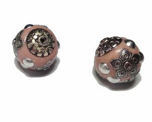 Rosa kashmirpärla med metalldetaljer, 18 mm.