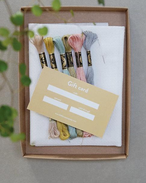 Startkit med garn, väv, nål och presentkort