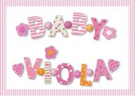 Små bokstäver i trä för barnrum rosa