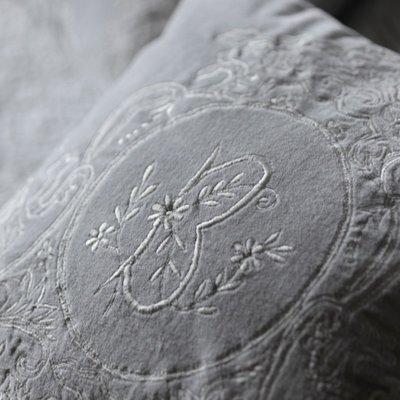 Kudde ljusgrå broderi monogram shabby chic lantlig stil