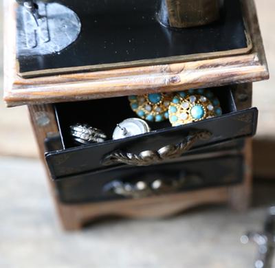 Gammaldags symaskin till förvaring shabby chic lantlig stil