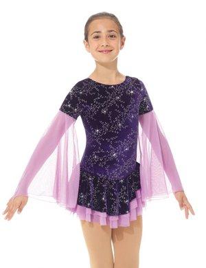 Lila glittrig klänning med dramatiska ärmar.