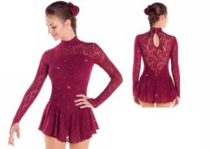 Långärmad spetsklänning med swarovskikristaller i vinröd