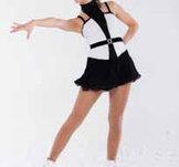 Svart-vit klänning med svart krage