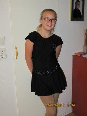 Svart klänning med holkärm - även med tryck