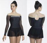 Off the shoulder klänning i rött eller svart.