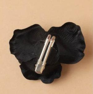 Sidenblomma i svart