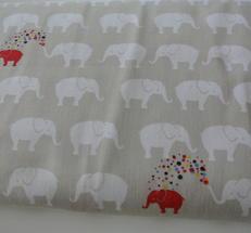 ljus beige botten med vita elefanter och några röda