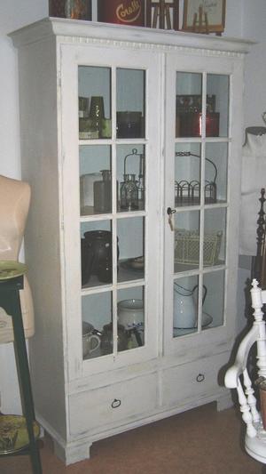 Vitt vitrinskåp med två lådor och fin krönlist