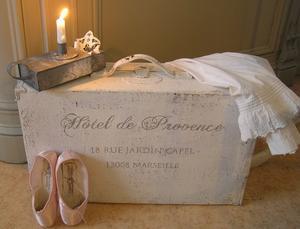 Gammal resväska med fransk text