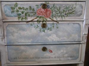 Rosenbyrå med himmelsmålning och dikt