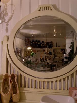 Romantisk spegelbyrå i skir vaniljton