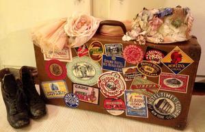 Resväska vintage med hotelletiketter