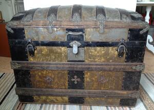 Unik 1800-talskista med dekorativa lådfack inuti