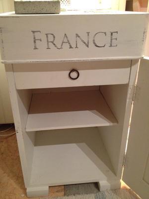 Litet nätt pottskåp shabby chic med fransk vintagetext