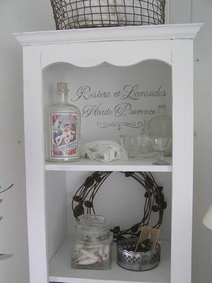 Smal och hög golvhylla fransk text Rosiers et Lavandes