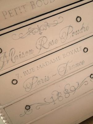 Puderrosa 1800-talsbyrå Le Petit Boudoir