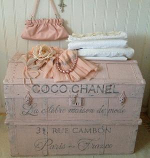 Puderrosa gammal koffert Coco Chanel