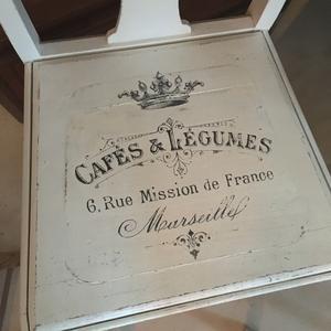 4 st vita stolar med fransk café-reklam