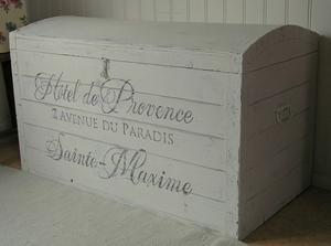"""""""Ribbad"""" kista med välvt lock och text Hôtel de Provence"""