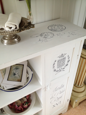 Skåp / bokhylla med fransk text, krona, krans, stämplar m m