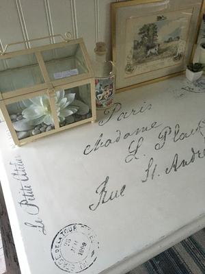 Skrivbord tre lådor svarvade ben o fransk text