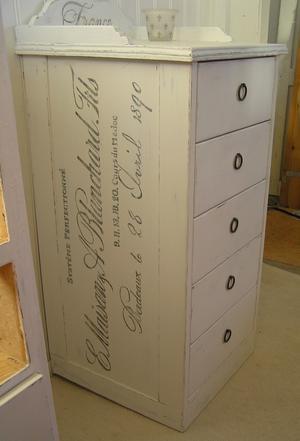 Sideboard med lådor, krön och franska texter