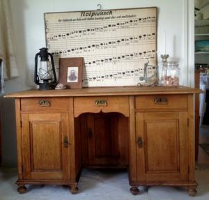 Antikt skrivbord med 3 st dörrar o 3 st lådor