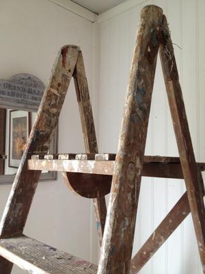 2 m hög gammal stege med plattform