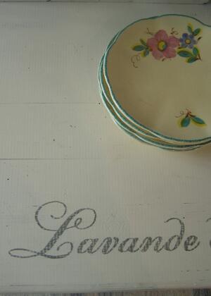 Rullbord shabby chic med mässingshjul och fransk text