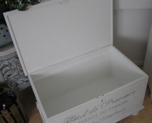 Kistbord/kista med fransk text