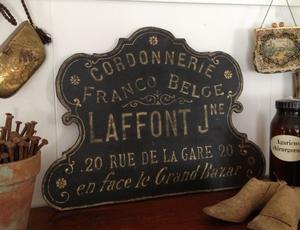Skylt med fransk text