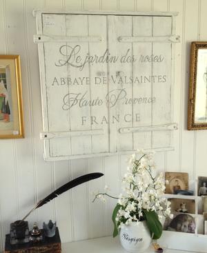 Nätt lantligt väggskåp med fransk text