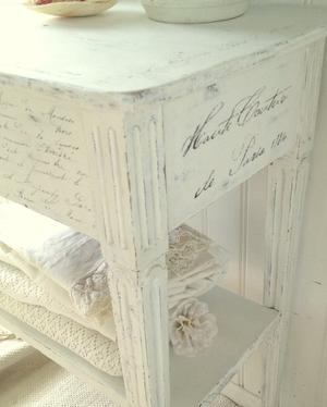 Sideboard med franska texter, krona, krans, stämplar m m