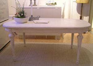 Ovalt antikvitt soffbord i gustaviansk stil