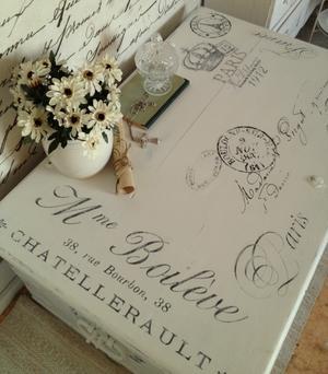 Kista med fransk text, stämplar, franska brev m m.