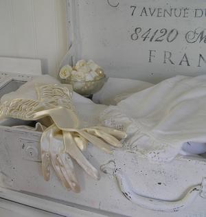 Antikvit resväska med fransk text