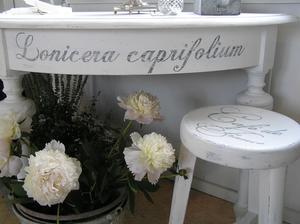 Halvmånebord med doft av magnolia och kaprifol