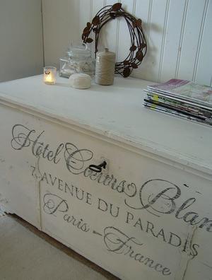 Stor, härlig kista shabby chic med fransk text Hotell Vita Hjärtan