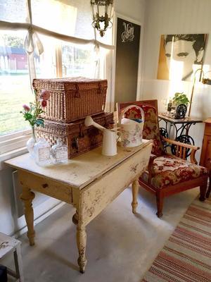 Gammalt klaffbord med svarvade ben, lådor och underbar patina