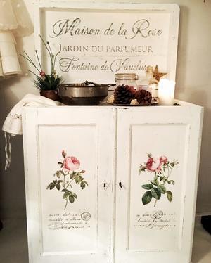 Kommod rosor och fransk text Maison de la Rose