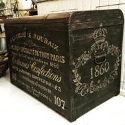 Svart antik kista Jupes & Jupons Confections