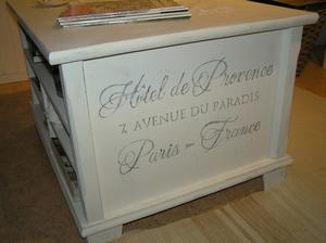 Soffbord med lådor och flera fack o fransk text