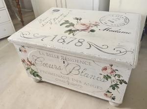 Antik kista med franska texter och rosor