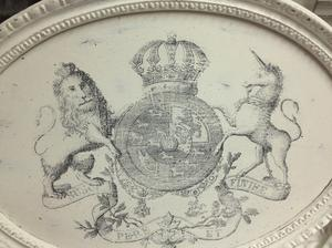 Oval tavla med kungliga lejon