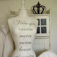 """Provdocka med latinsk text """"Störst av allt är kärleken..."""