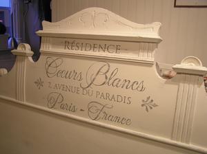 Sänggavel 183 cm shabby chic med fransk text