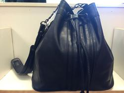 Svart Påse/väska med blänkande silvergrå satin-foder. Bredd 30 cm i botten,djup16 cm och 30 cm hög.