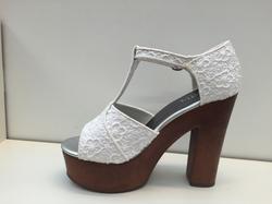 Fin sko med vit brodyr, platåsulan är 4 cm klacken 12,5 cm.
