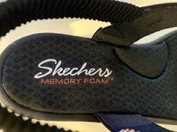 Skechers sköna sandal, med Memory Foam inneersula som är uppbygd i hålfoten. Kilklack 6,5 cm. Svart.